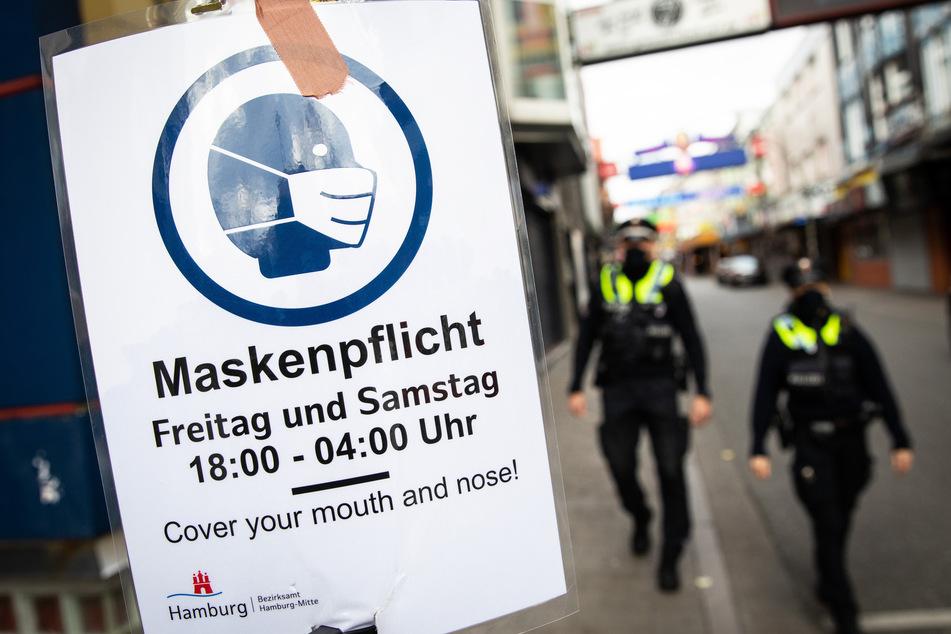 Auch auf der Hamburger Reeperbahn herrscht Maskenpflicht, und Polizisten kontrollieren diese auch streng.
