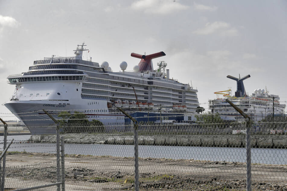 Zwei Kreuzfahrtschiffe der Carnival Cruise Line sind am Hafen von Tampa Bay in den USA angedockt.