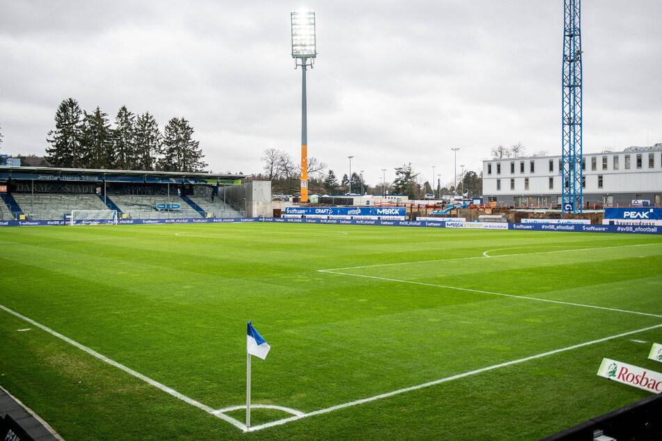 Die Auer müssen heute auf einer Baustelle ran. Das Holstein-Stadion in Kiel wird derzeit umgebaut.