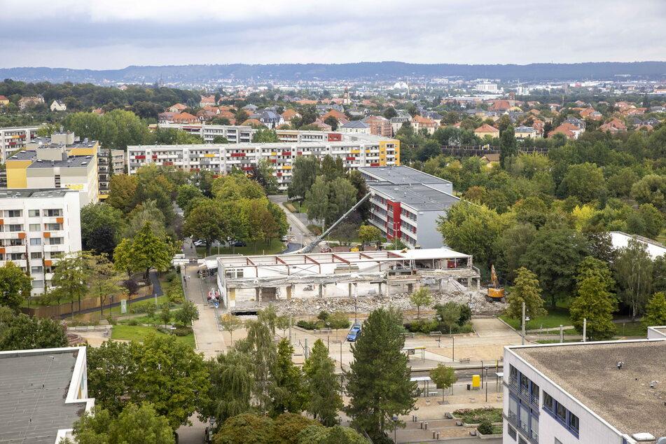 """Der Abriss läuft: Bagger knabbern am einstigen """"Grünen Heinrich""""."""
