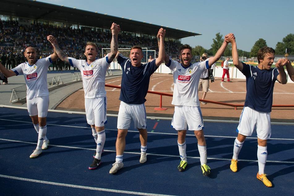 Die Spieler des FC Carl Zeiss Jena jubeln nach dem 3:2-Sieg gegen den Hamburger SV in der ersten Runde des DFB-Pokals 2015.