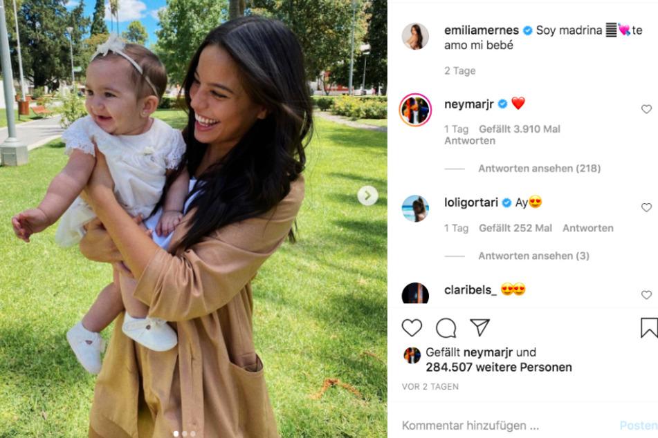 Emilia Mernes (24) ist Patentante und freut sich sichtlich darüber. Von Neymar (28) bekam sie ein Herzchen-Emoji und ein Like geschenkt, was die Spekulationen um eine Beziehung der beiden weiter anheizt.