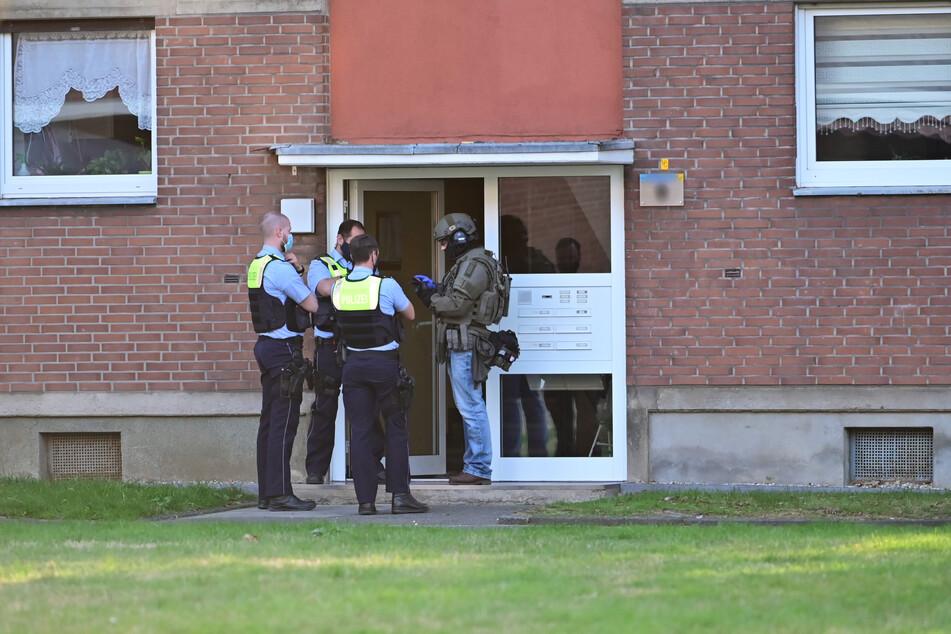 Die Polizei und ein SEK-Beamter hatten am Samstagabend ein Wohnhaus umstellt. Darin befanden sich die vier Kinder, von dem Ehemann fehlte aber jede Spur.