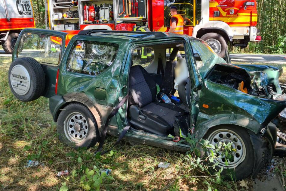 Auto kracht gegen Baum: Beifahrerin (83) wird eingeklemmt und stirbt