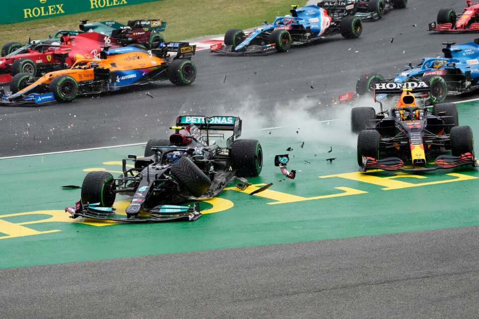 Unfallszene aus dem Grand Prix von Budapest. Valtteri Bottas (31, l., vorn) aus Finnland von Team Mercedes ist bei einem Unfall mit Sergio Perez aus Mexiko zusammengestoßen.