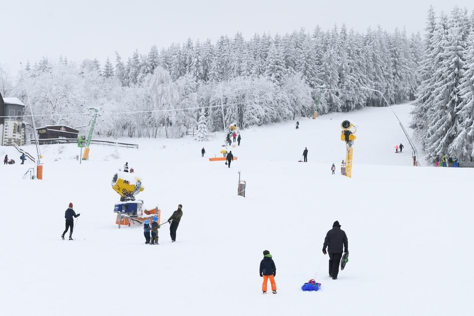 Der Ansturm auf einige Wintersportgebiete blieb etwa in Altenberg aus, andernorts stürmten die Leute die Pisten.