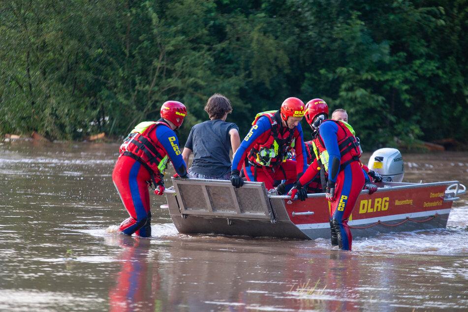Auch die Einsatzkräfte waren kurzzeitig den Strömungen hilflos ausgeliefert, konnten jedoch entsprechend reagieren.