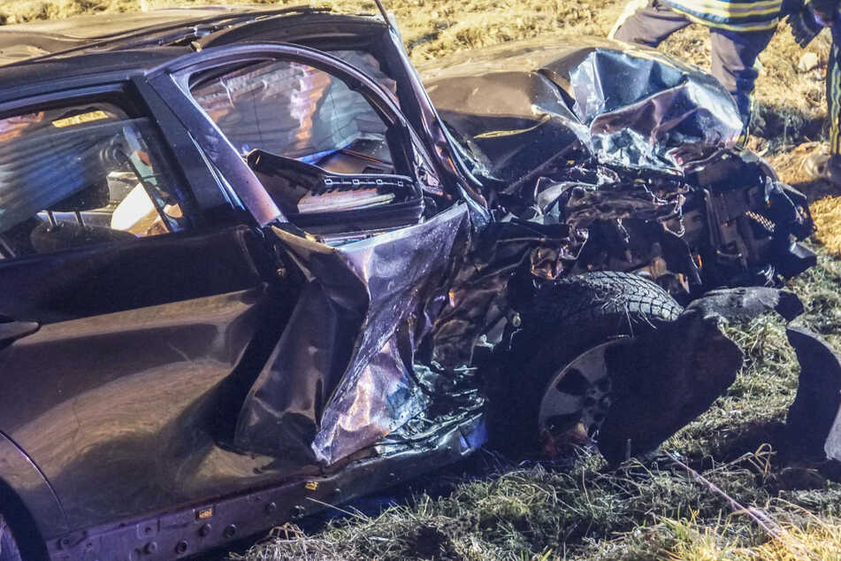 BMW-Fahrer will überholen und kracht frontal in VW: Drei Verletzte