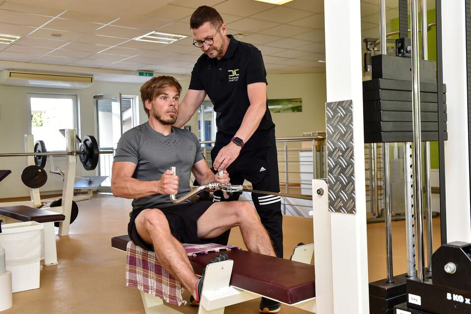 Martin Pinkert (39, l.) hat die Hürden für ein Training im Fitnessstudio genommen. Falk Noack (52), Chef des Thomas Sport Center, gibt Tipps zur richtigen Haltung am Rudergerät.