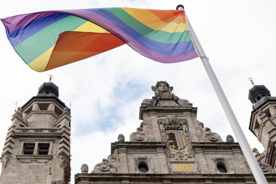 Die Regenbogen-Flagge weht vor dem Leipziger Rathaus im Wind: Das werden die Einwohner der Messestadt nun häufiger zu sehen bekommen.