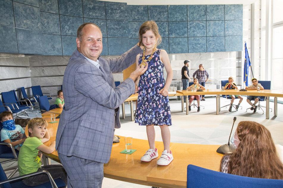 Alma (7) darf die Amtskette von Oberbürgermeister Dirk Hilbert (48, FDP) anprobieren.