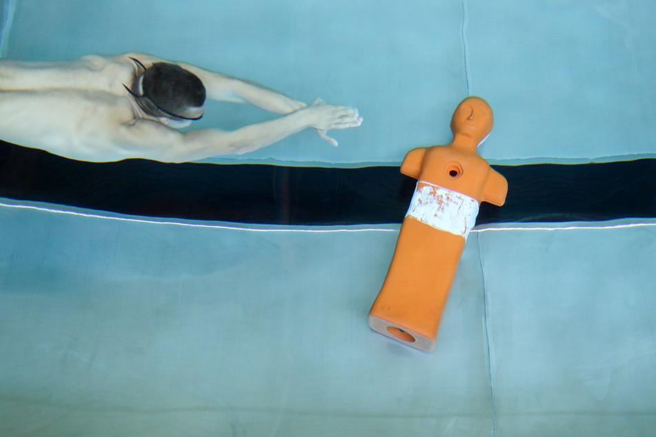 Ein Rettungsschwimmer trainiert mit einer Puppe für die Deutschen Meisterschaften im Rettungssport.