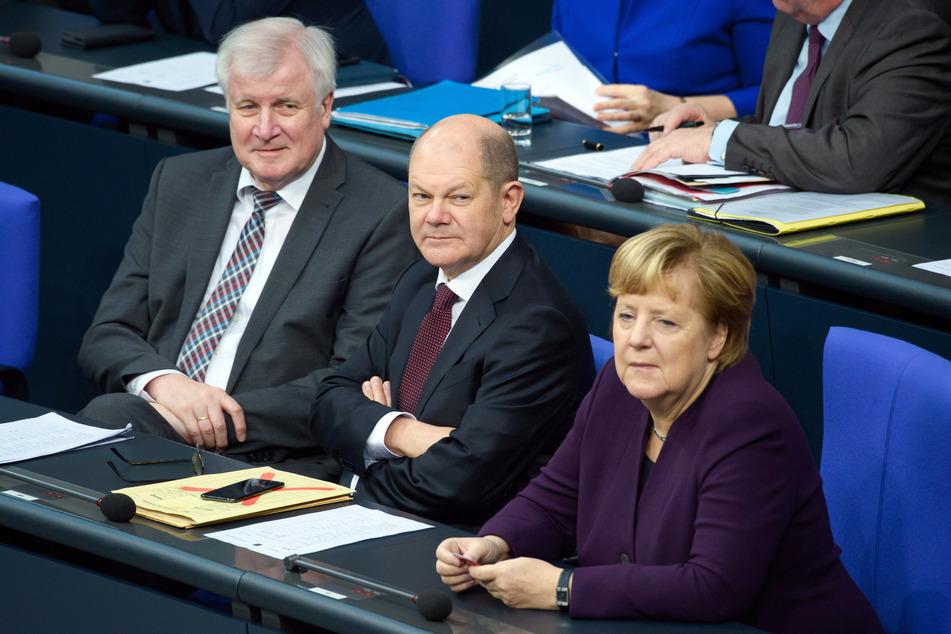 Innenminister Seehofer, Finanzminister Scholz und Bundeskanzlerin Merkel auf der Regierungsbank (Foto: Gregor Fischer/dpa)