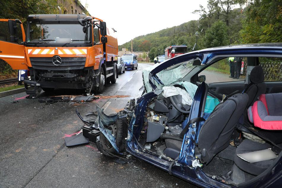 Am Toyota entstand Totalschaden, er musste abgeschleppt werden. An der Kehrmaschine entstand Sachschaden.