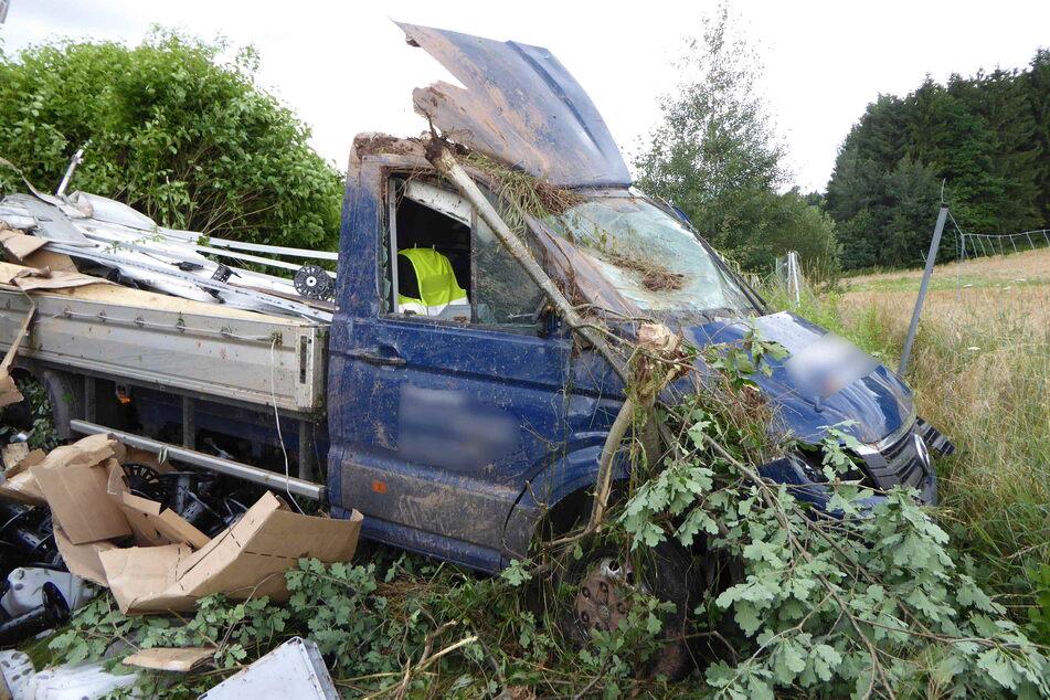 Ein Transporter-Fahrer (61) kam am Donnerstag mit seinem Fahrzeug von der A72 ab und rutschte eine Böschung hinab.