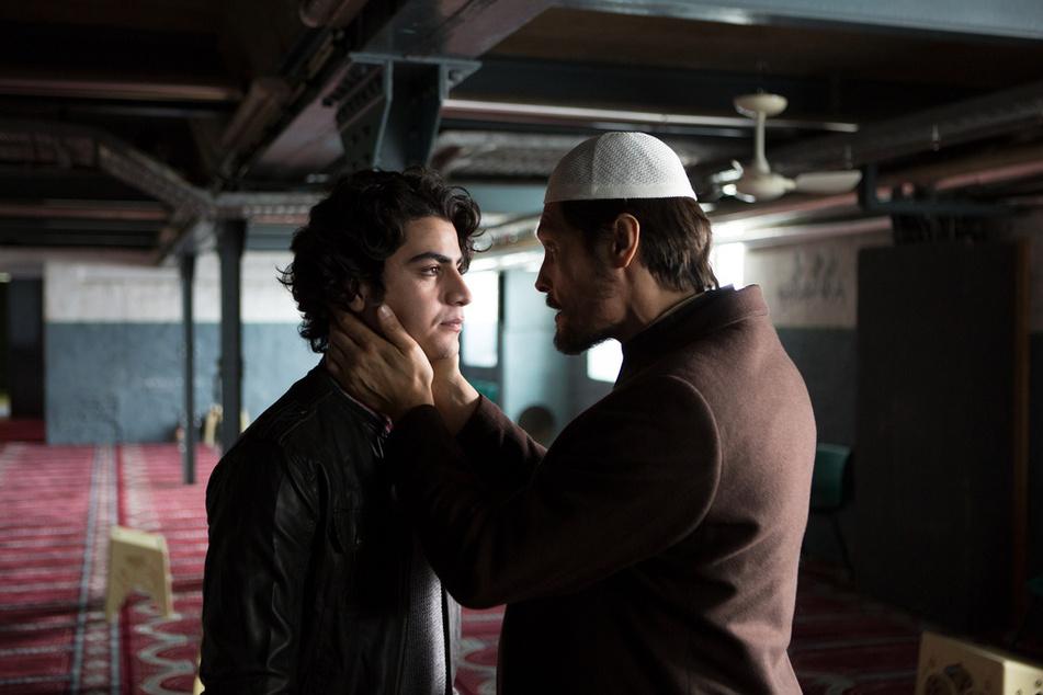 """""""Wiener Blut"""": Bei Djamal Hemidi (Hassan Kello, l.) macht sich das schlechte Gewissen breit. Ahmed Rahimsai (Stipe Erceg, r.) lässt nicht zu, dass er schwach wird."""