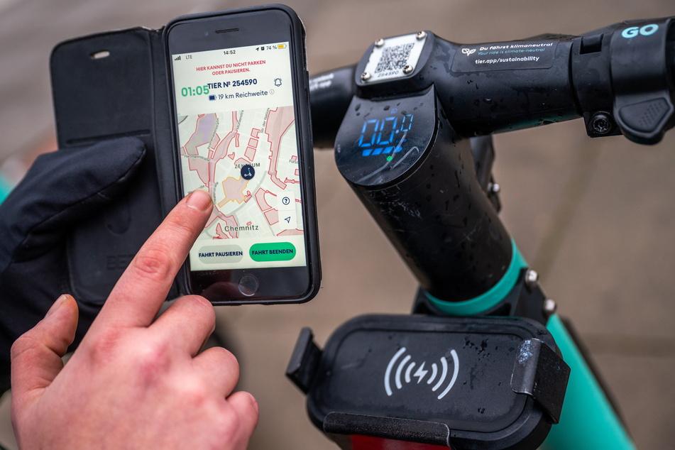 Eine Handysoftware zeigt Nutzern die nächsten E-Scooter in der Nähe an.
