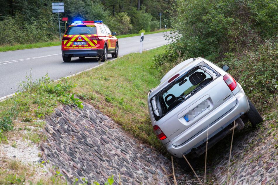 Im Auto eingeklemmt: Mann verpasst Kreisverkehr-Ausfahrt und landet in Abwasser-Graben