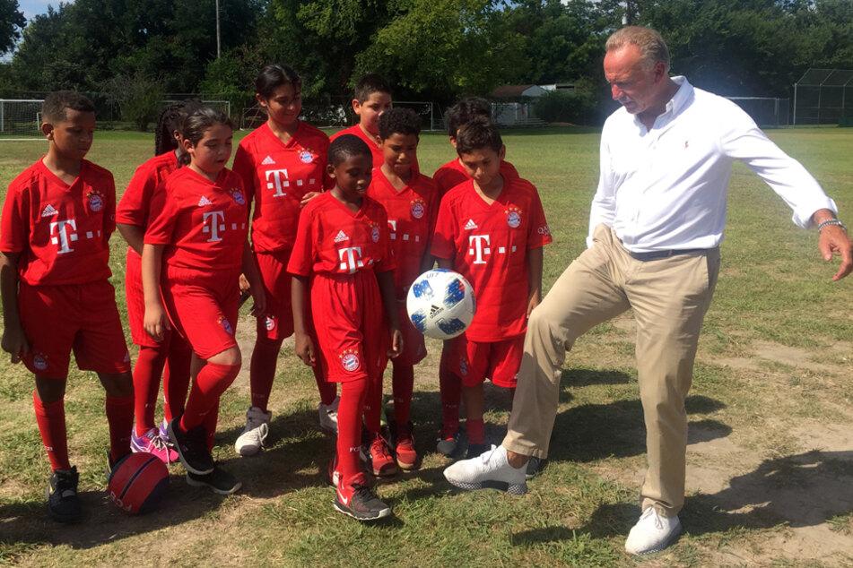 Bayern-Vorstandsvorsitzender Karl-Heinz Rummenigge (r.) besuchte auf der USA-Reise 2019 ein Fußball-Kinderprojekt. (Archiv)