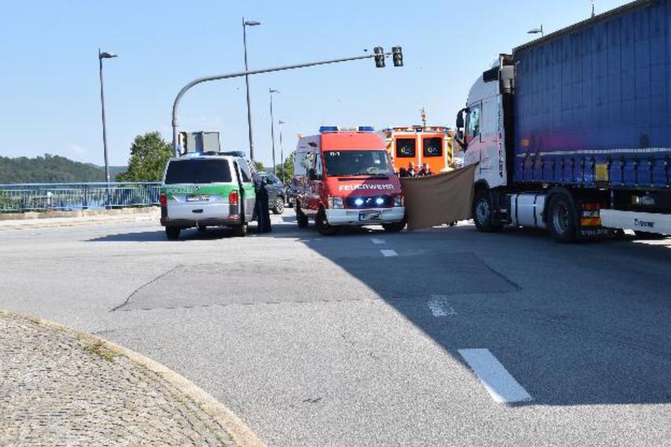 Einsatzkräfte stehen an der Unfallstelle in Niederbayern.