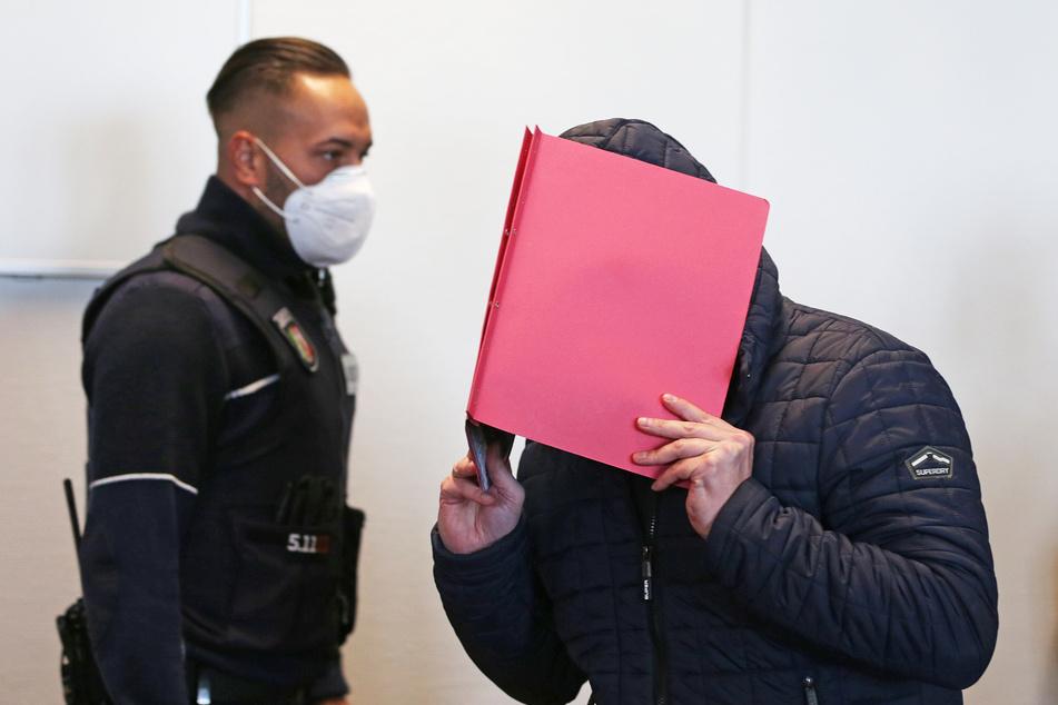 Der Angeklagte (r.) im Prozess wegen schweren sexuellen Missbrauchs von Kindern wurde im Kölner Landgerichts verurteilt, der Bundesgerichtshof hat die Strafe nun bestätigt.