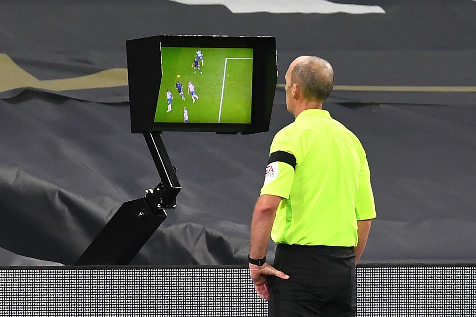 Auch erfahrene Unparteiische wie Mike Dean treffen mal falsche Entscheidungen, ob mit oder ohne die Hilfe des Video-Schiedsrichters.
