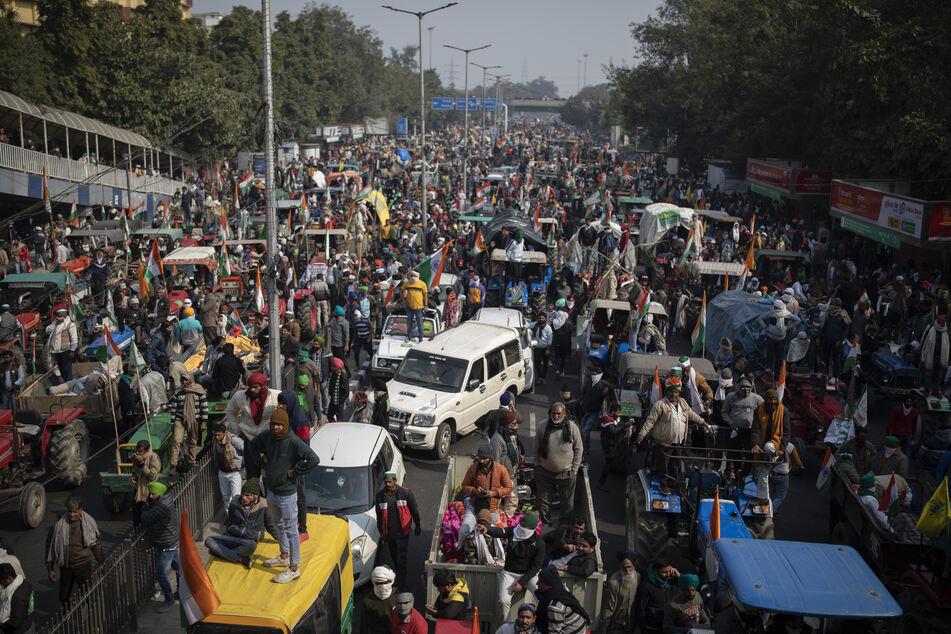 Zehntausende Bauern stürmen Indiens Hauptstadt mit Traktoren: Ein Toter