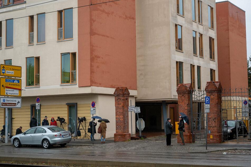 Journalisten stehen vor einer Potsdamer Klinik.