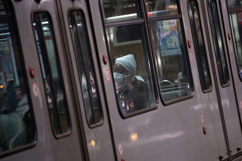 Säure-Verdacht! Reisende müssen sich in Düsseldorfer U-Bahn in Acht nehmen
