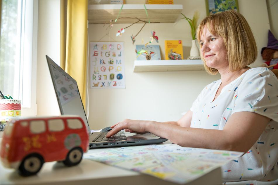 An ihrem Laptop heckt die Kinderbuchautorin immer neue Abenteuer aus.