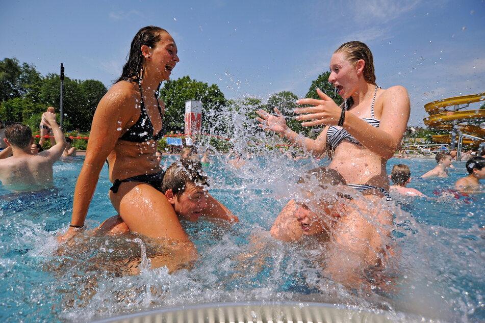 Auch in Chemnitz soll trotz Corona dieses Jahr Badespaß möglich sein, so wie hier im Freibad Gablenz. (Archivbild)