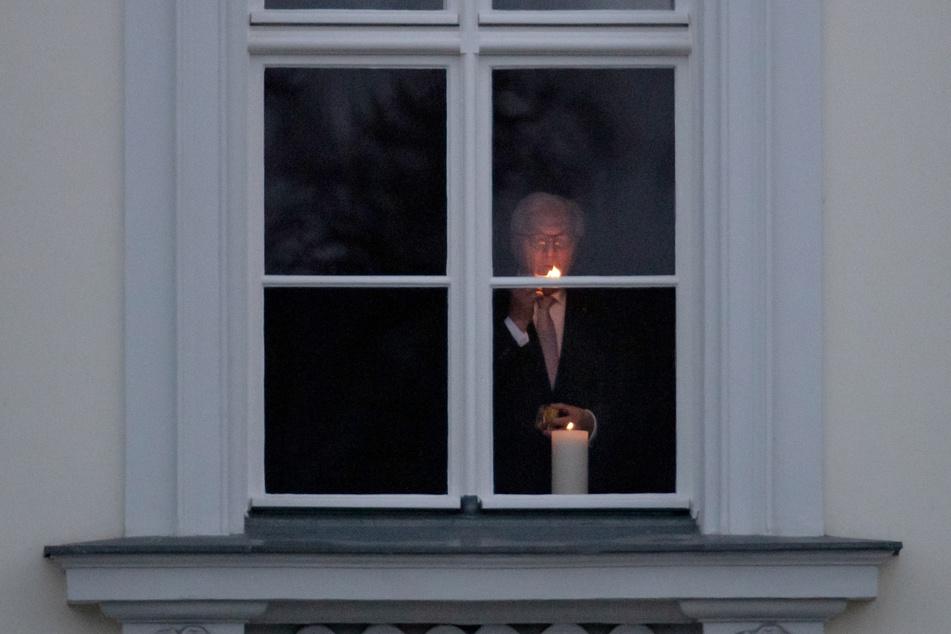"""Bundespräsident Frank-Walter Steinmeier (65, SPD) hat die Aktion """"#lichtfenster"""" ins Leben gerufen, um der Verstorbenen in der Corona-Pandemie zu gedenken."""