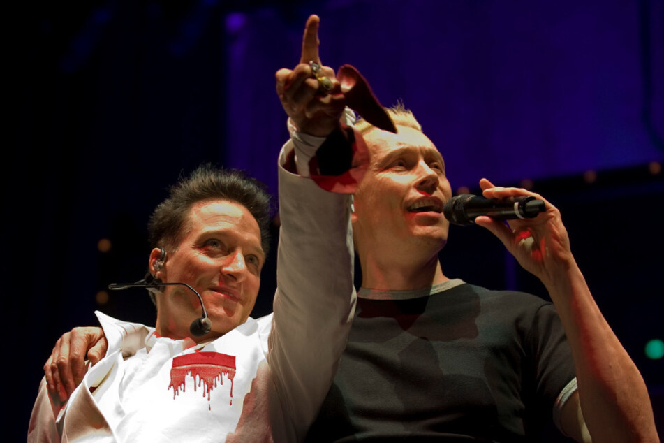 """Bela B. (57, l.) und Farin Urlaub (56) stehen auf der Bühne. Im Herbst erscheint das neue Ärzte-Album """"Hell""""."""