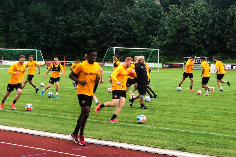 Dynamo geht bei Michael Akoto (v.) auf Nummer sicher: Der Neuzugang vom 1. FSV Mainz 05 II joggt nach seiner Verletzung alleine.