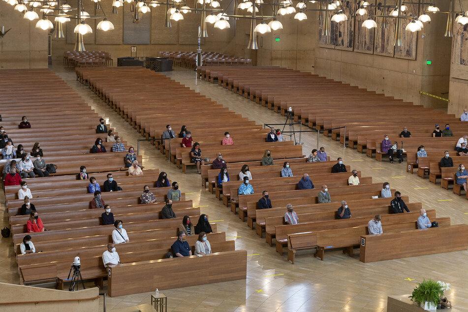 Gläubige lauschen dem Erzbischof von Los Angeles nach der Wiedereröffnung der Kirchen in Kalifornien. Nun müssen sie wieder zu Hause beten, denn die Lockerungen werden zurückgenommen. (Archivbild)