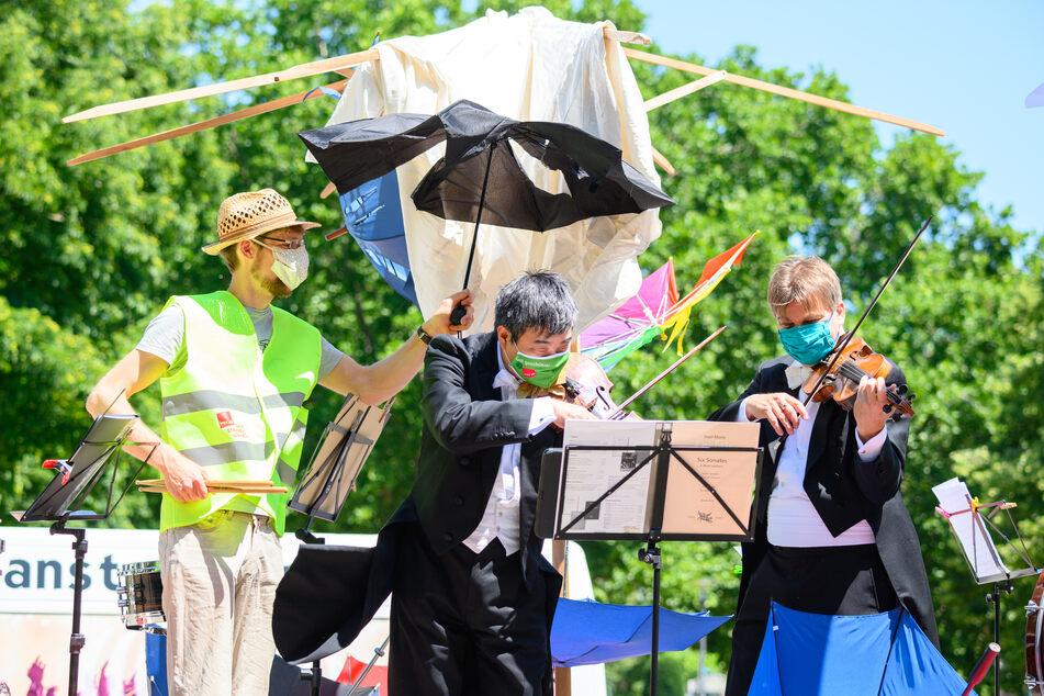 Soloselbstständige Musiker musizieren bei einer Kundgebung. (Archivbild)