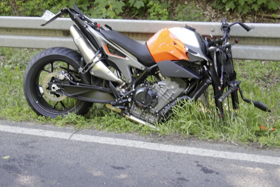 Durch den den Unfall wurde das Vorderrad des Motorrads herausgerissen.