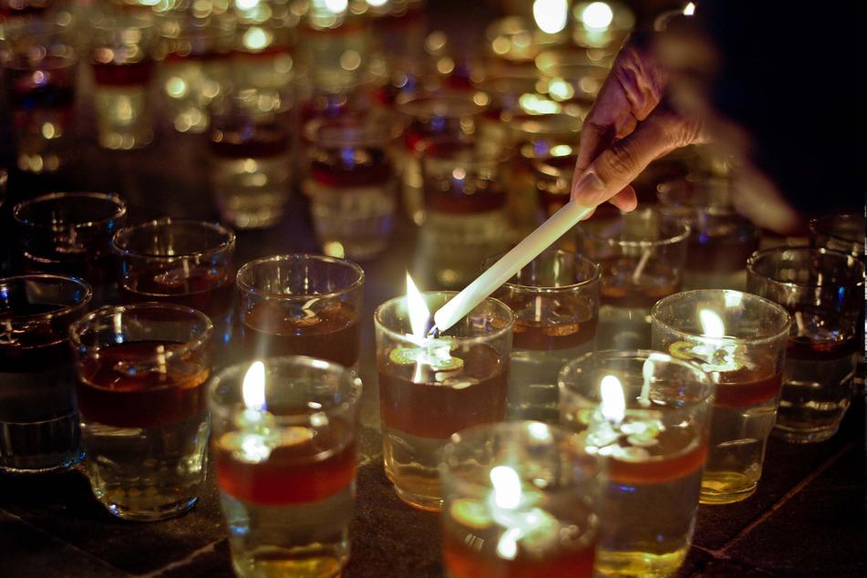 Indonesien: Kerzen werden anlässlich der Earth Hour 2019 in Jakarta angezündet.