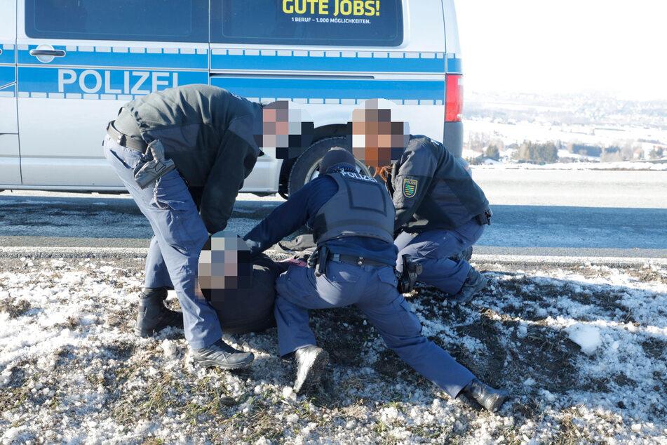 Der mutmaßlich betrunkene Mann leistete erheblichen Widerstand gegen die Polizei. Er musste von den Beamten zu Boden gebracht werden.