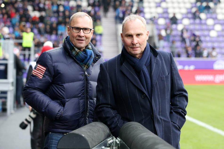 Zwei positiv Verrückte! Helge Leonhardt (62, r.) und sein Zwillingsbruder Uwe sorgten sich nach der Wende um die Zukunft des Auer Fußball - mit großem Erfolg.
