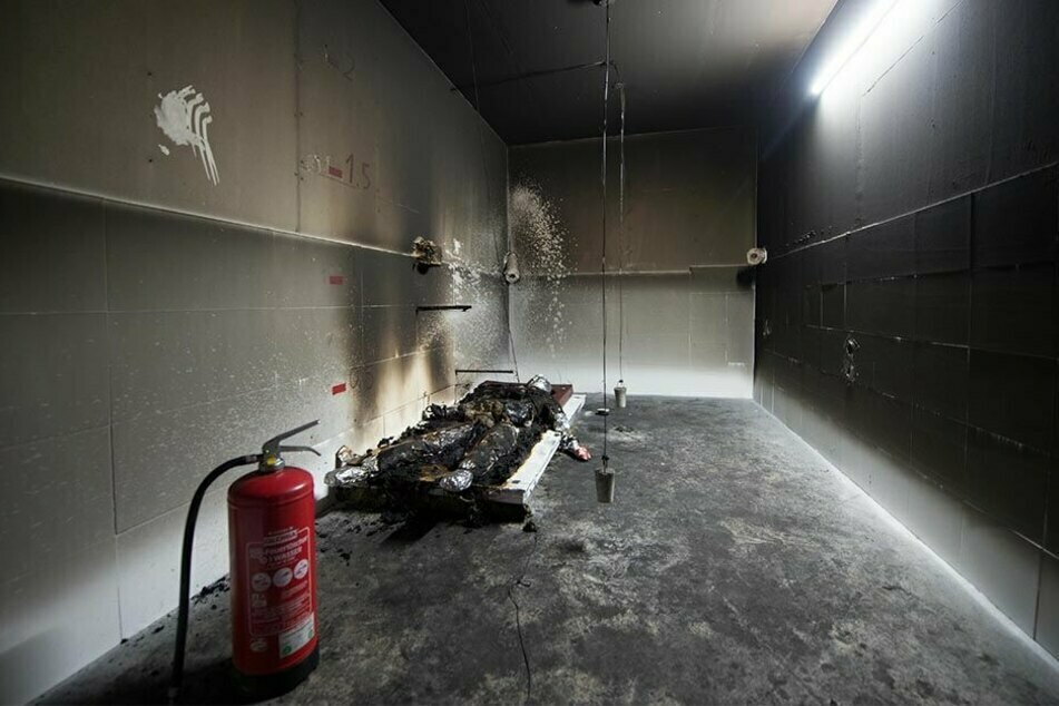 Die offizielle Version, dass Oury Jalloh 2005 in der Polizeizelle durch Selbstanzündung starb, wird seit Jahren angezweifelt. Hier wurde die Szene nachgestellt.