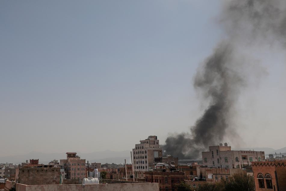 Schwarzer Rauch steigt über dem Gebäude in der jemenitischen Hauptstadt Sanaa auf.