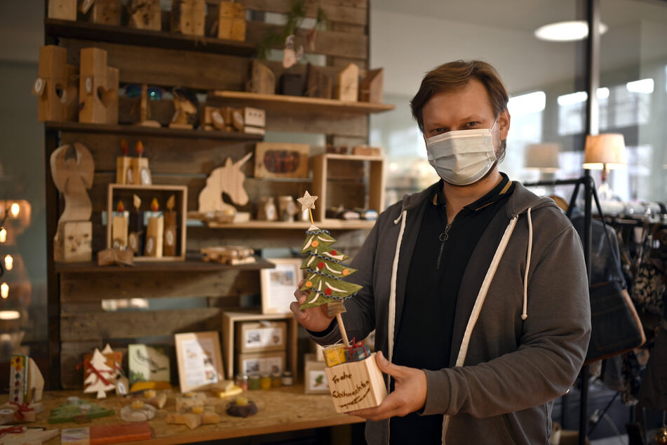 """Philipp Salzmesser (32) vom """"Holzkombinat"""" ist einer von sieben Händlern, die seit Freitag im Rosenhof Quartier beziehen."""