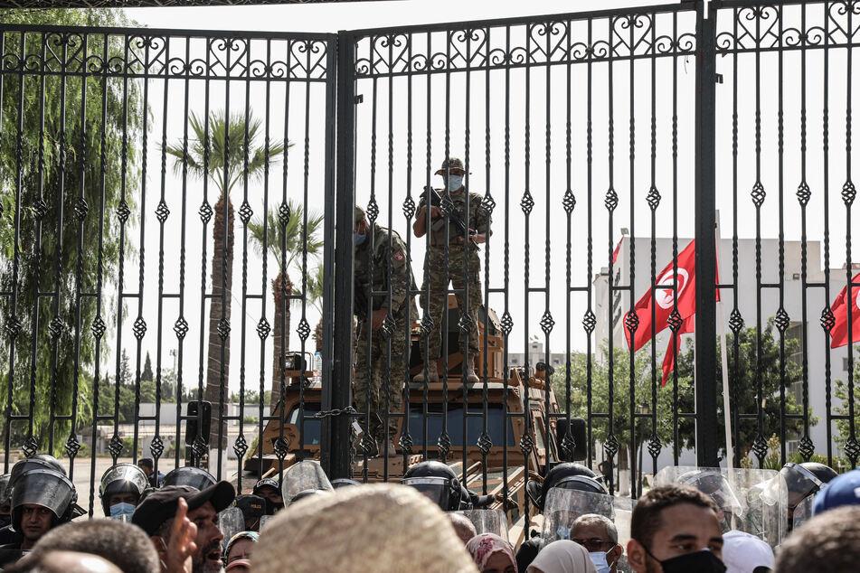 Soldaten sicherten den Eingang des Parlamentsgebäudes.
