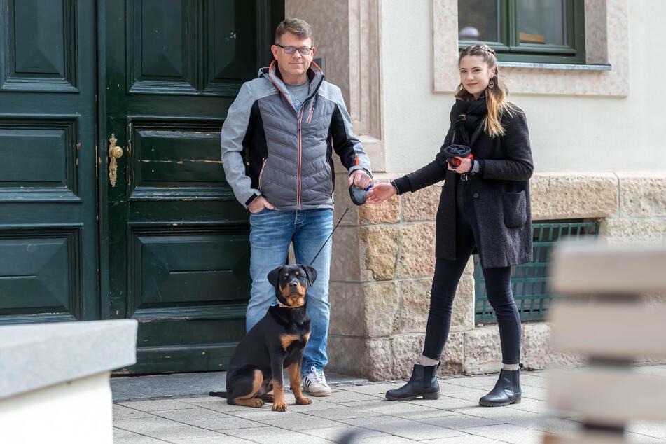 Abiturientin Victoria Teuchert (18) übernimmt Rottweiler Rudi von dessen Herrchen Donald Murray (52).