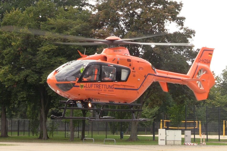 Ein Hubschrauber war nach einem Unfall zwischen einem Radfahrer und einer Straßenbahn in Düsseldorf im Einsatz.