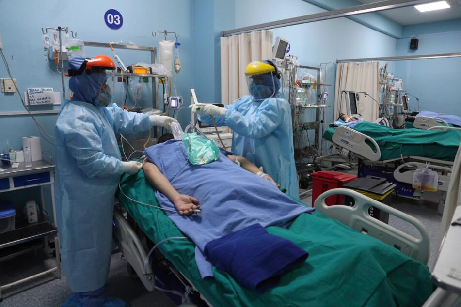 Peru, Callao: Mitarbeiter des Gesundheitswesens behandeln einen Patienten auf der Intensivstation für Covid-19 im Alberto Sabogal Krankenhaus.