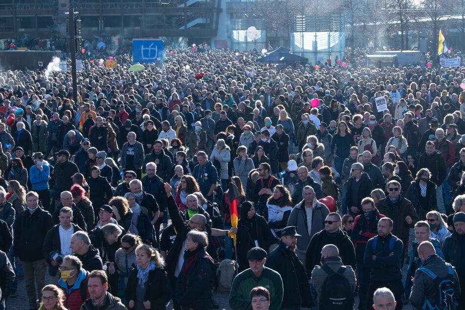 """Tausende Teilnehmer kamen zu Demonstration der Stuttgarter Initiative """"Querdenken"""" nach Leipzig, um gegen die von Bund und Ländern beschlossenen Corona-Maßnahmen zu protestieren."""