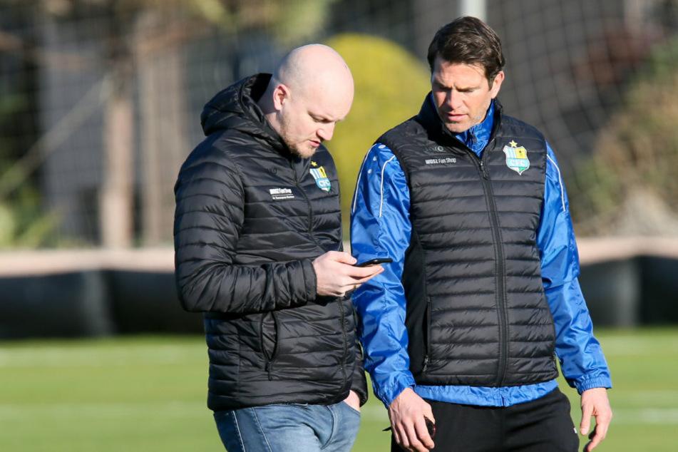 Müssen immer wieder improvisieren, weil ständig Neuigkeiten über das Handy rauschen: CFC-Trainer Patrick Glöckner (r.) und Sportdirektor Armin Causevic.