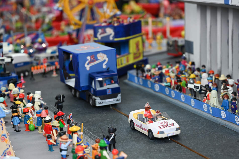 Playmobilfiguren und Miniatur-Motivwagen stellen einen Karnevalsumzug in einer nachgebauten Kulisse dar. Leidenschaftliche Bastler des Offenbacher Karnevalvereins (OKV) haben in wochenlanger Kleinarbeit eine Miniaturausgabe des Umzugs nachgebaut.